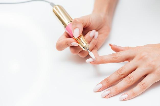 Женщина с помощью цифровой пилки для ногтей Бесплатные Фотографии