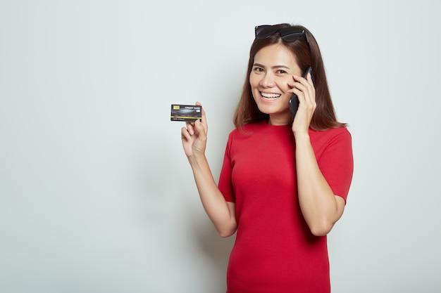 クレジットカードで携帯電話を使用して女性 Premium写真
