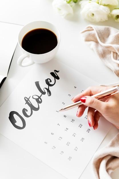 Woman using calendar minimal style Premium Photo