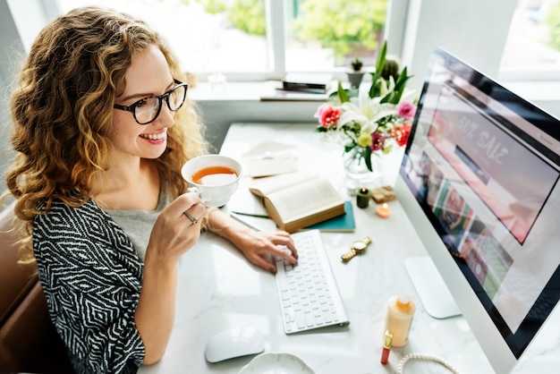 Woman using computer Premium Photo