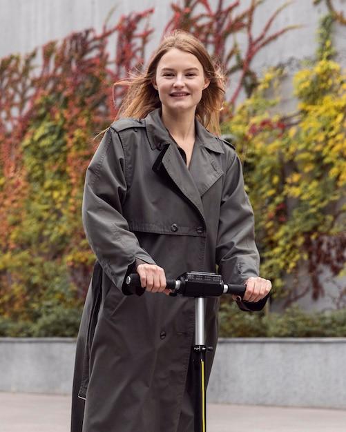 Женщина, использующая электросамокат на улице Бесплатные Фотографии