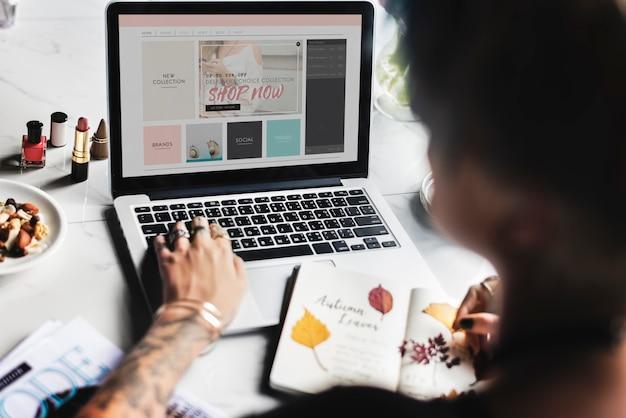 ラップトップサーフィンオンラインのウェブサイトを使用しての女性 Premium写真