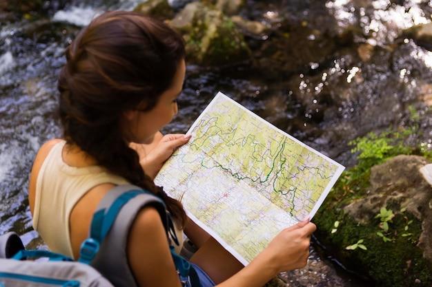 地図を使って自然を探索する女性 無料写真