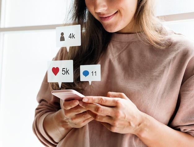 Donna che utilizza uno smartphone social media conecpt Foto Gratuite