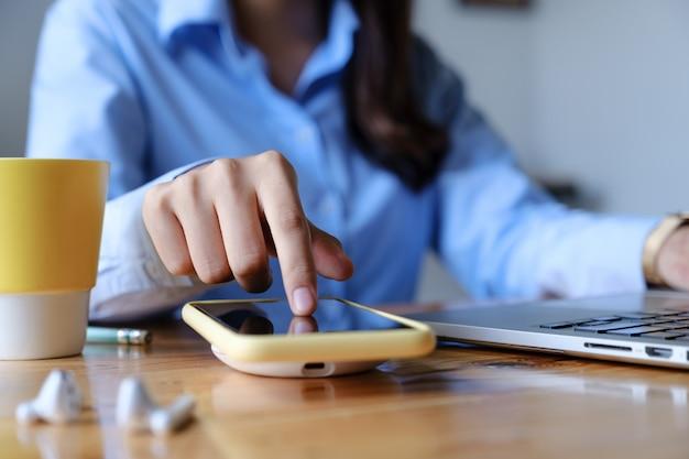 Женщина с помощью беспроводной зарядки. концепция технологии. Premium Фотографии
