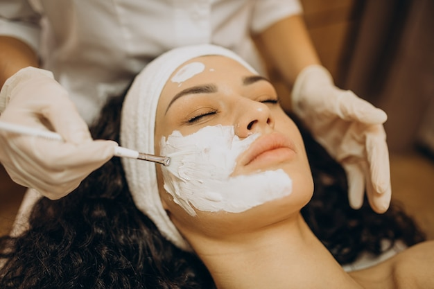 Woman visiting cosmetologist and making rejuvenation procedures Free Photo