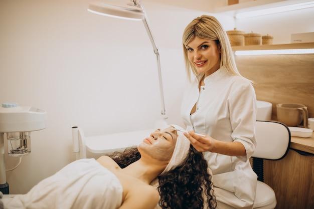 Donna in visita cosmetologo e rendendo le procedure di ringiovanimento Foto Gratuite