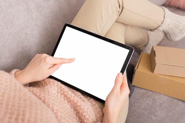 Donna che aspetta le vendite di cyber lunedì sul suo tablet Foto Gratuite