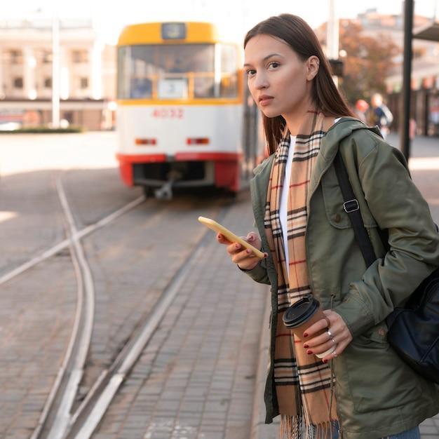 Donna in attesa nella stazione del tram Foto Gratuite