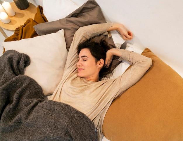 Женщина просыпается после сна Бесплатные Фотографии