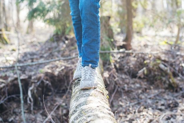 Женщина, идущая на входе в лес и балансирование: физические упражнения, здоровый образ жизни и концепция гармонии Premium Фотографии