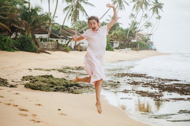 Женщина гуляя на песок пляжа Бесплатные Фотографии