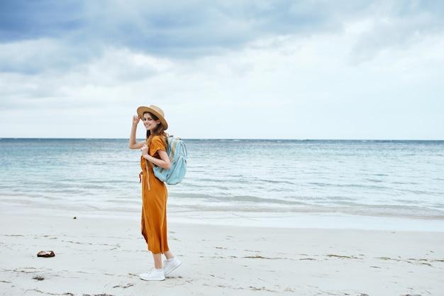 ビーチ観光休暇バックパック旅行風景海の上を歩く女性 Premium写真