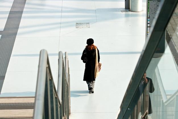 Woman walking Premium Photo