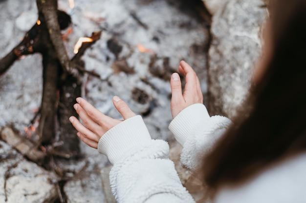 Donna in fase di riscaldamento le sue mani Foto Gratuite