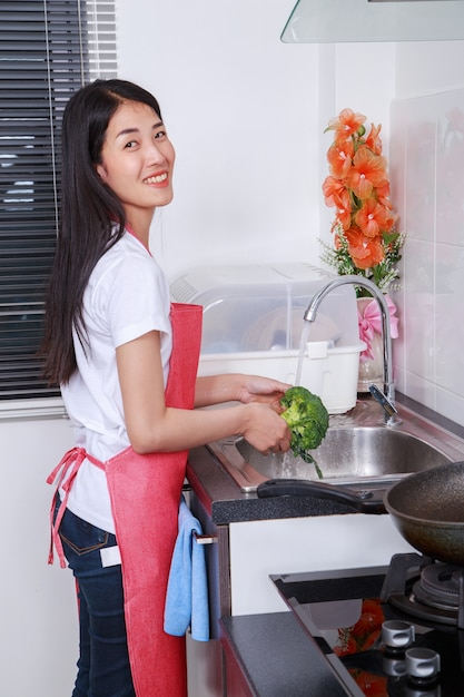 女、洗濯、ブロッコリー、実行中、水、台所、シンク Premium写真