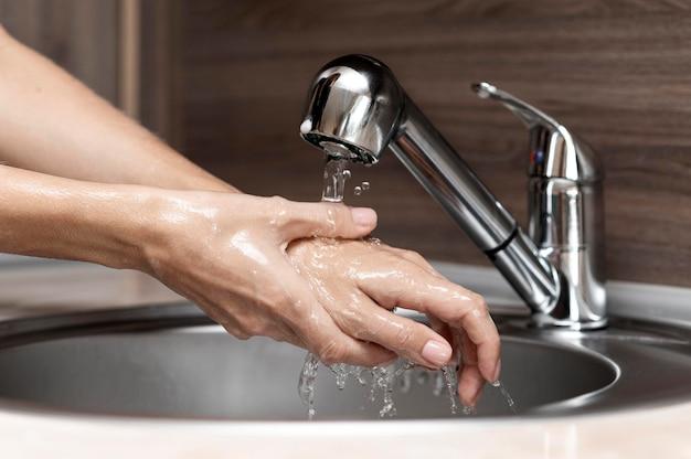 シンクで手を洗う女 無料写真