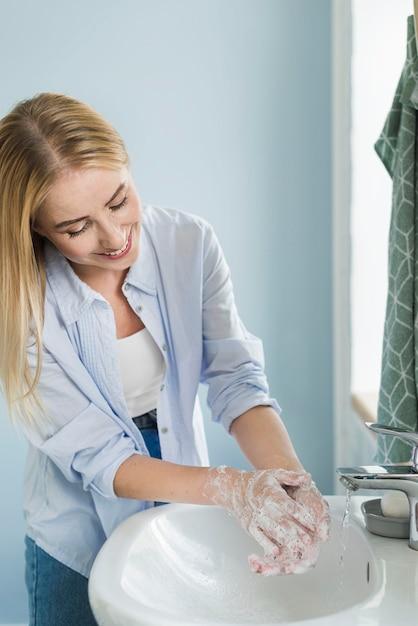 トイレで手を洗う女 無料写真