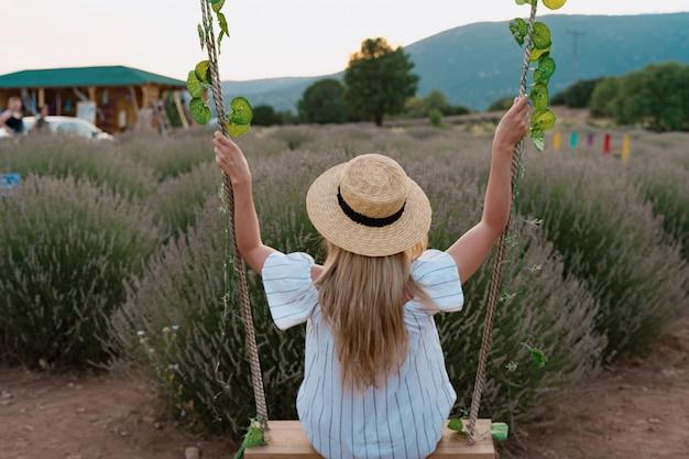Женщина смотрит на поле лаванды Бесплатные Фотографии