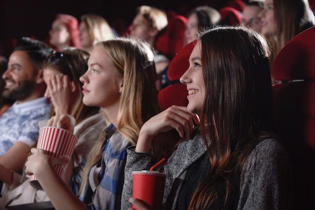 Женщина смотрит фильм в современном кино. Premium Фотографии