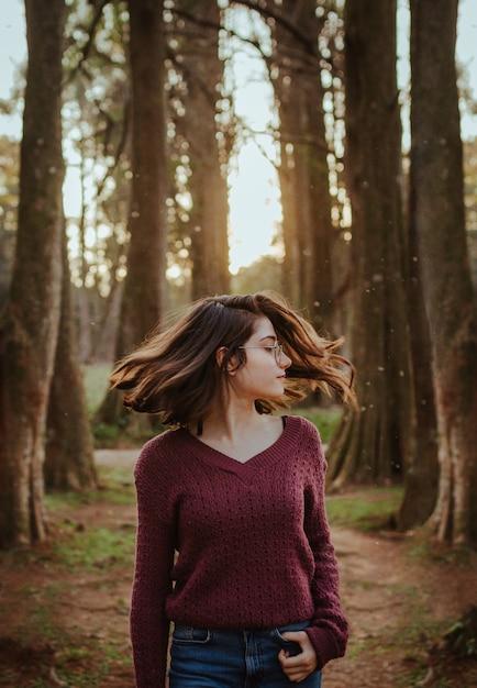 森の中で髪を振る女性 無料写真