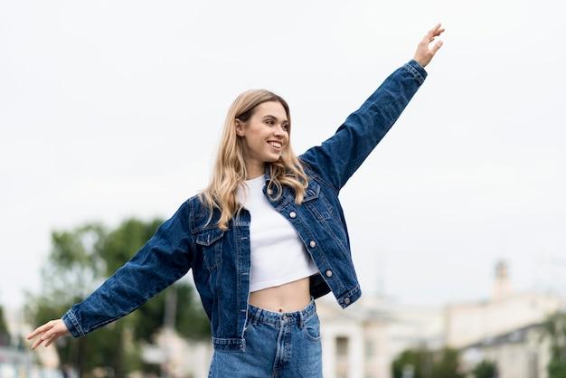 Donna agitando le mani in aria colpo medio Foto Gratuite
