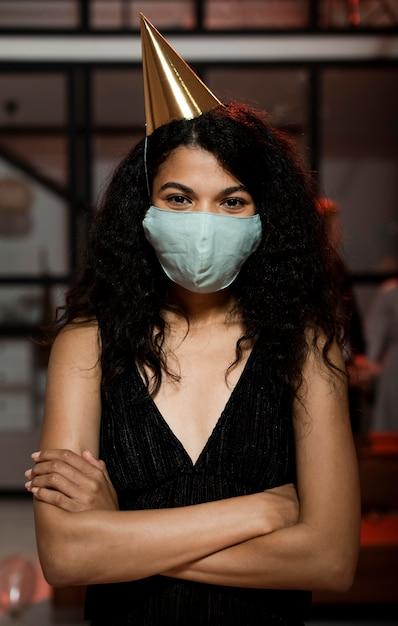 Женщина в медицинской маске на новогодней вечеринке Бесплатные Фотографии