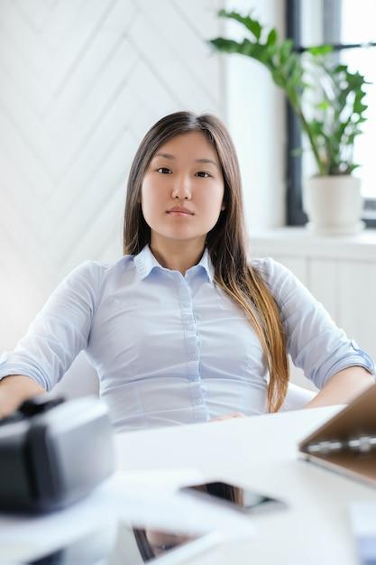 Женщина в рубашке в офисе Бесплатные Фотографии