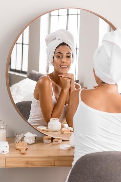 Женщина, носящая концепцию ухода за собой полотенце Premium Фотографии