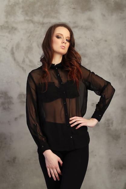 Donna che indossa una maglia nera Foto Gratuite