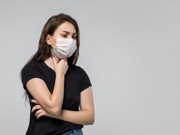 Женщина в черной футболке и защитной маске Бесплатные Фотографии