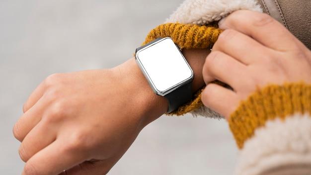 Donna che indossa uno smartwatch vuoto Foto Gratuite