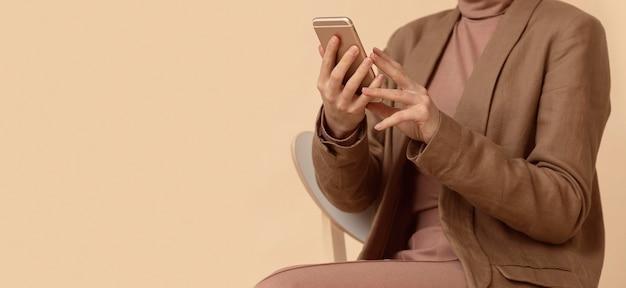 携帯電話を使用してビジネス服を着ている女性 無料写真