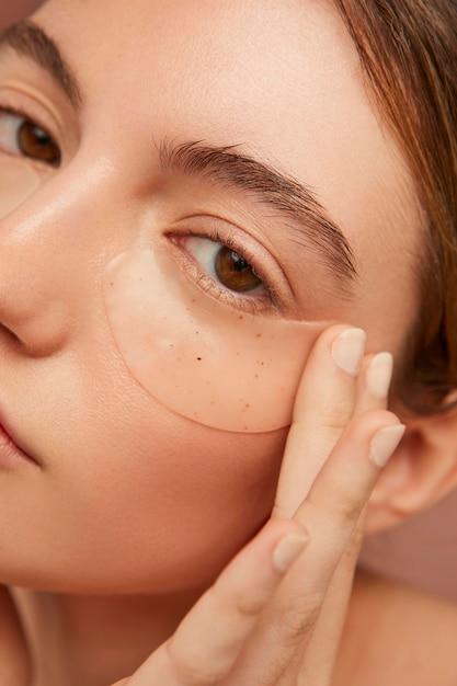 Женщина, носящая повязки для глаз крупным планом Premium Фотографии