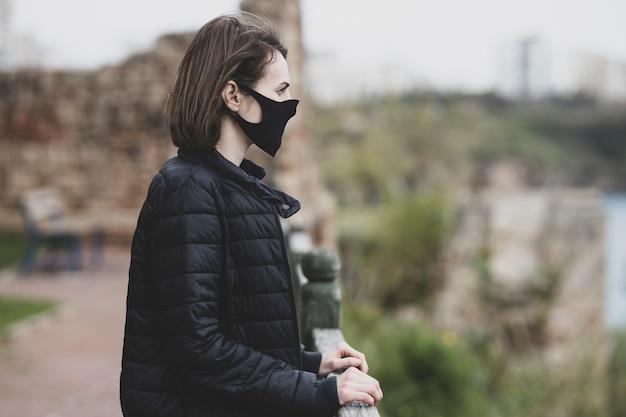 コロナウイルスの発生中にフェイスマスクを着ている女性 Premium写真