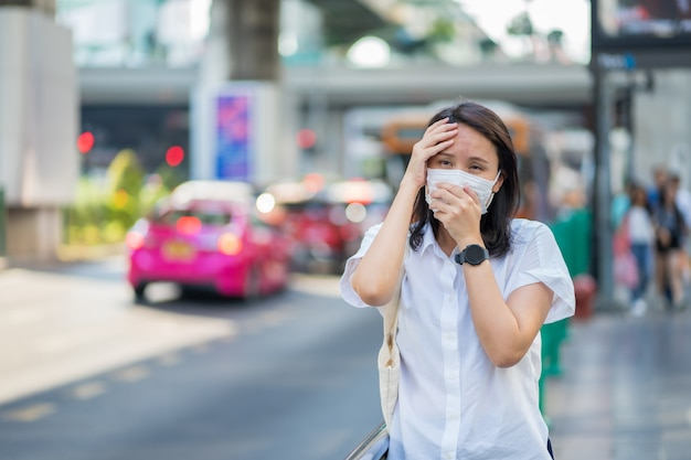 Woman wearing face mask protect filter against air pollution (pm2.5) Premium Photo