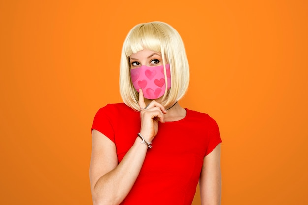 Женщина носит маску для предотвращения covid 19 Бесплатные Фотографии