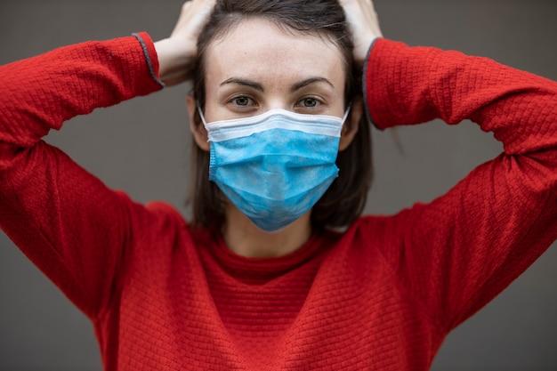 フェイスマスクを着ている女性 Premium写真