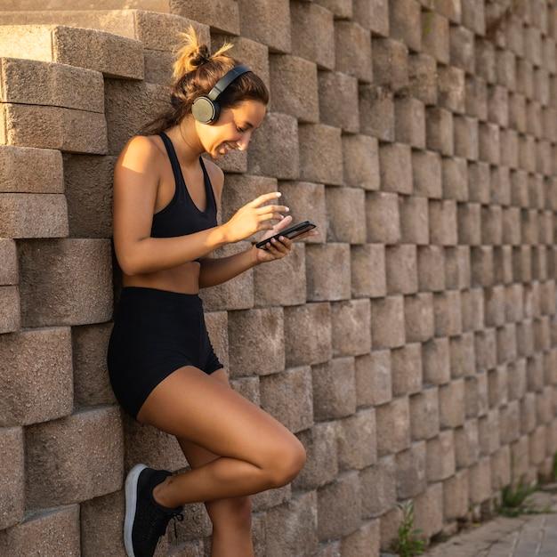 Женщина в наушниках на открытом воздухе Бесплатные Фотографии
