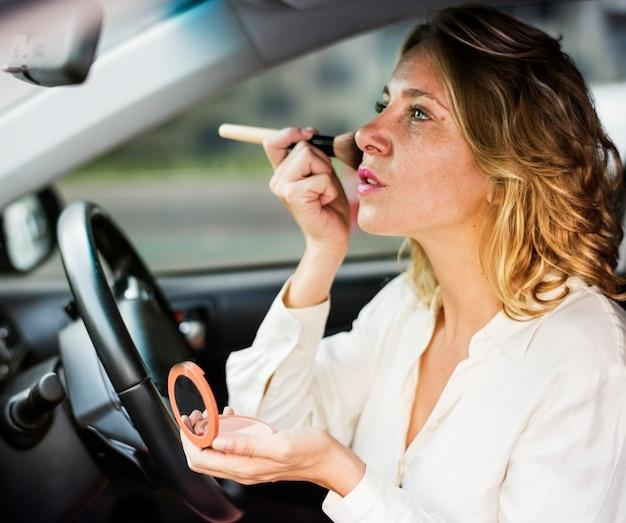 Женщина в макияже в машине Premium Фотографии