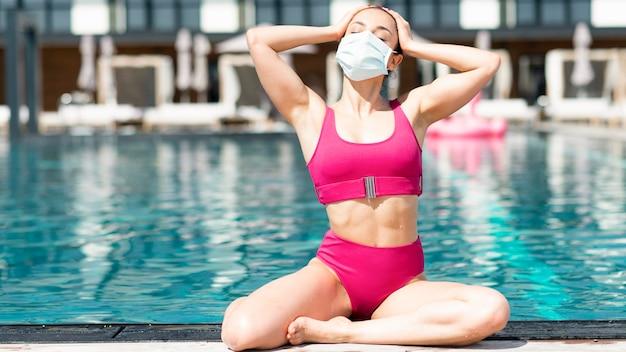 プールでマスクを着ている女性 無料写真