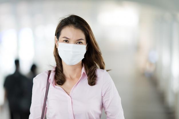 ウォーキングでマスクを着ている女性。 Premium写真