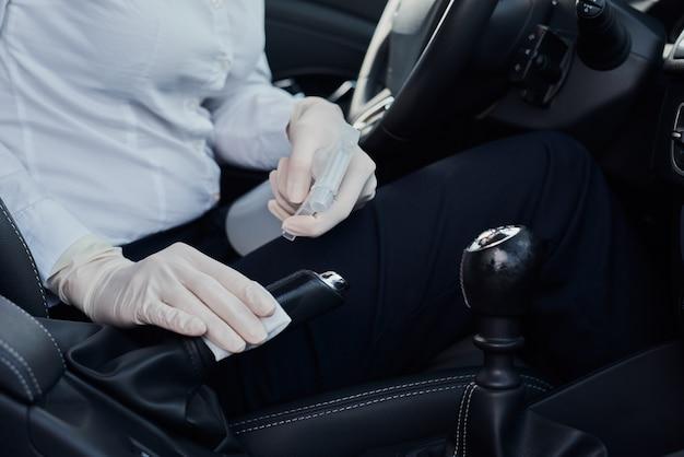 車の中で薬の手袋を着ている女性 Premium写真