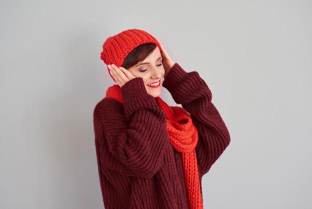 頭に暖かい帽子をかぶった女性 無料写真