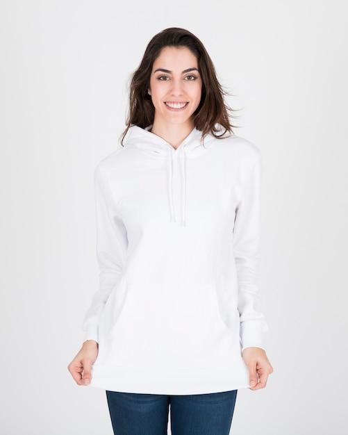 Женщина, одетая в белый hoodie Premium Фотографии