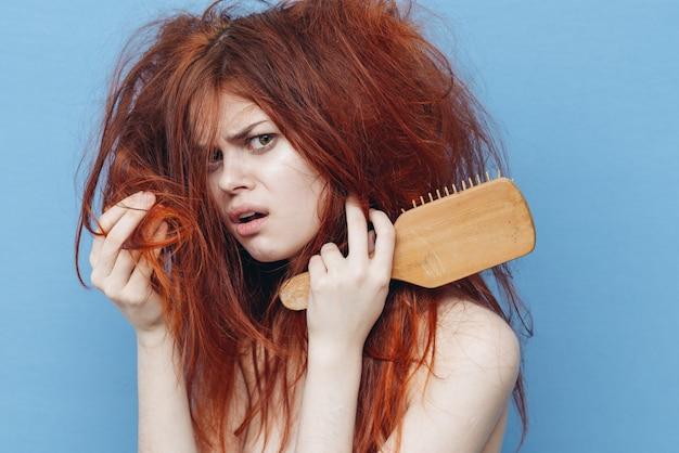 Женщина с расческой, непослушные волосы, секущиеся кончики Premium Фотографии