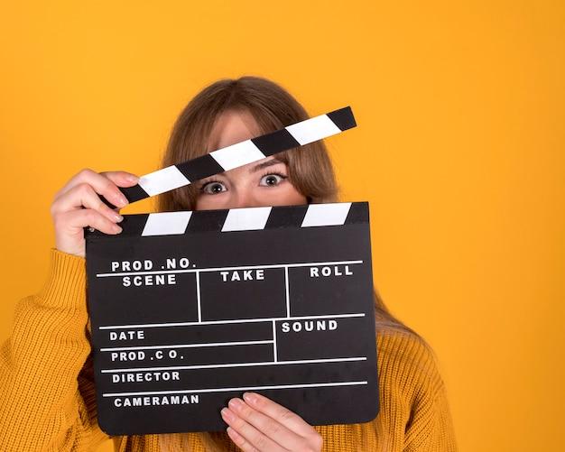 영화 Clapperboard, 영화 개념을 가진 여자 프리미엄 사진