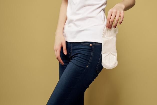 手にパッドを持つ女性、生理用ナプキン、女性の日 Premium写真
