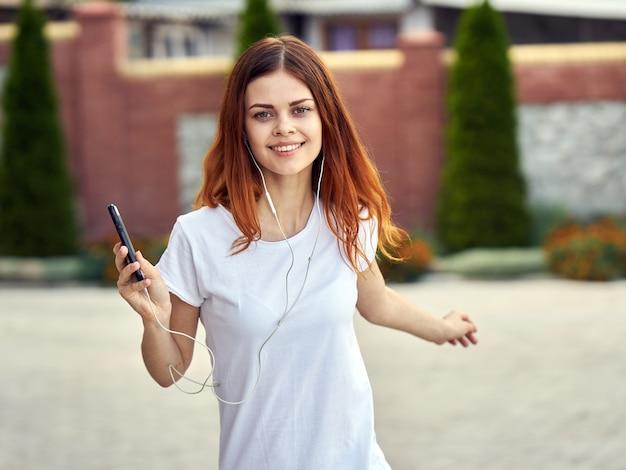 音楽を聴く携帯電話を持つ女性 Premium写真