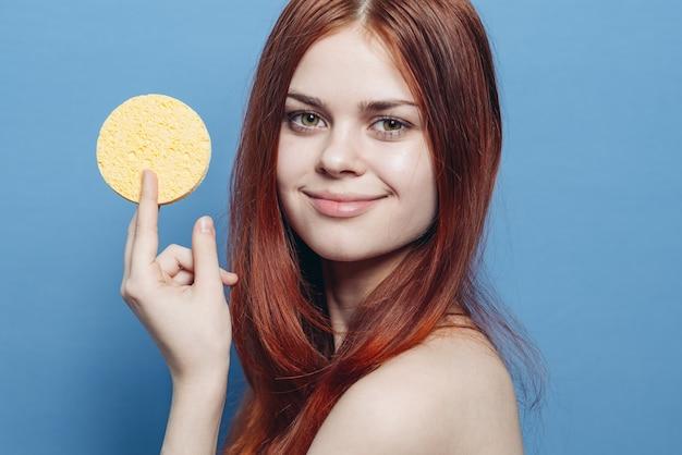 皮膚洗浄用スポンジを持つ女性 Premium写真